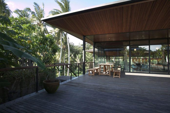 steel-house-1-designed-around-three-historic-centerpieces-traditional-javanese-joglo-building-style-03