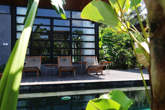 steel-house-1-designed-around-three-historic-centerpieces-traditional-javanese-joglo-building-style-04