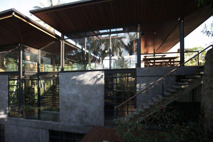 steel-house-1-designed-around-three-historic-centerpieces-traditional-javanese-joglo-building-style-05
