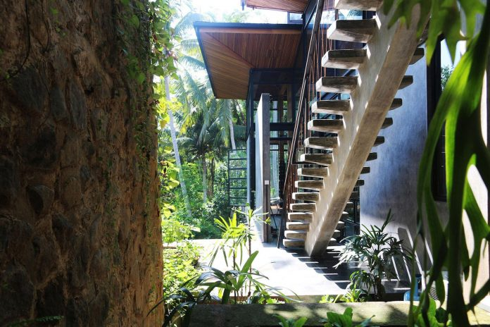 steel-house-1-designed-around-three-historic-centerpieces-traditional-javanese-joglo-building-style-06