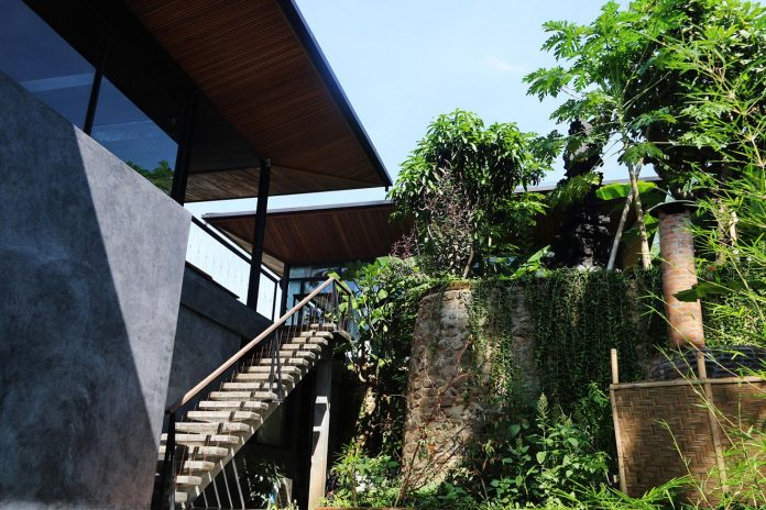 steel-house-1-designed-around-three-historic-centerpieces-traditional-javanese-joglo-building-style-07