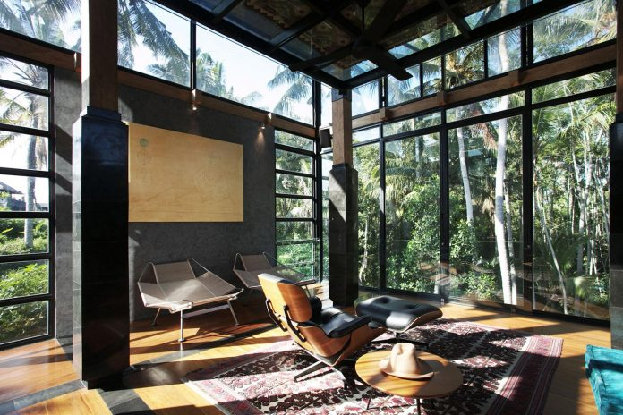 steel-house-1-designed-around-three-historic-centerpieces-traditional-javanese-joglo-building-style-12