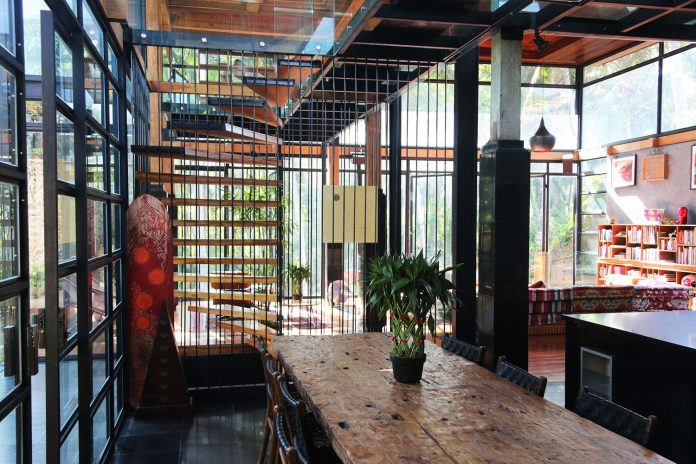 steel-house-1-designed-around-three-historic-centerpieces-traditional-javanese-joglo-building-style-15