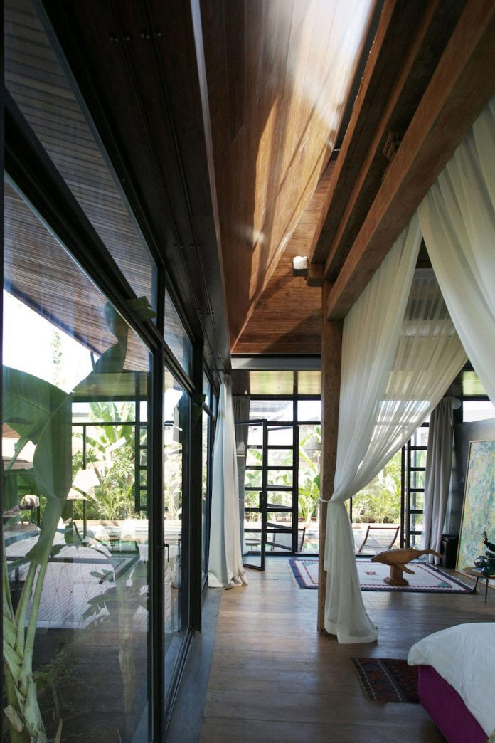 steel-house-1-designed-around-three-historic-centerpieces-traditional-javanese-joglo-building-style-18