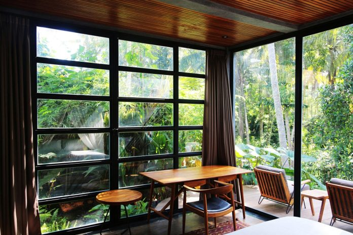steel-house-1-designed-around-three-historic-centerpieces-traditional-javanese-joglo-building-style-21