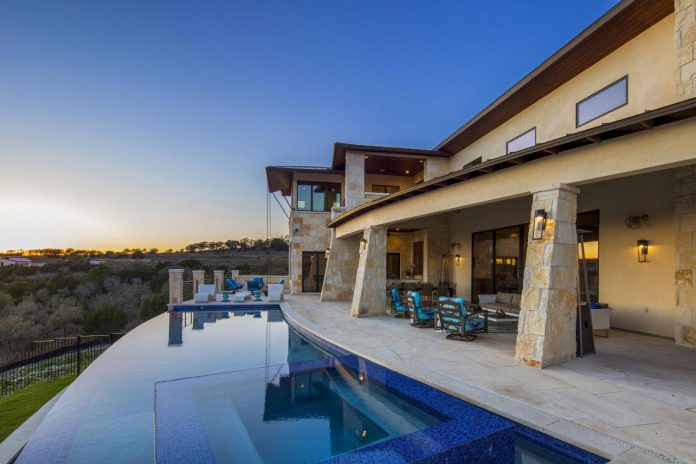 stretched-across-ridge-austins-spanish-oaks-contemporary-hill-country-home-design-overlook-valley-spilling-02
