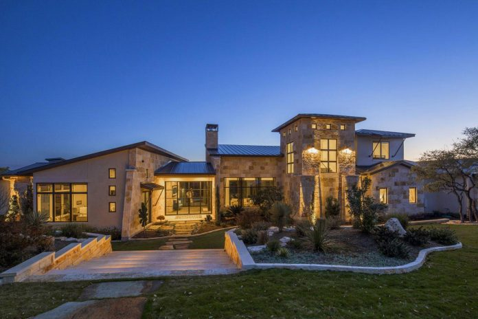 stretched-across-ridge-austins-spanish-oaks-contemporary-hill-country-home-design-overlook-valley-spilling-16
