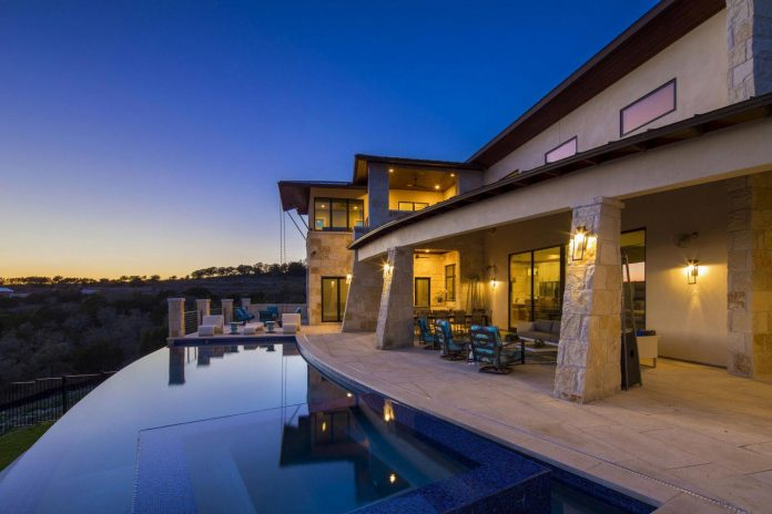 stretched-across-ridge-austins-spanish-oaks-contemporary-hill-country-home-design-overlook-valley-spilling-17
