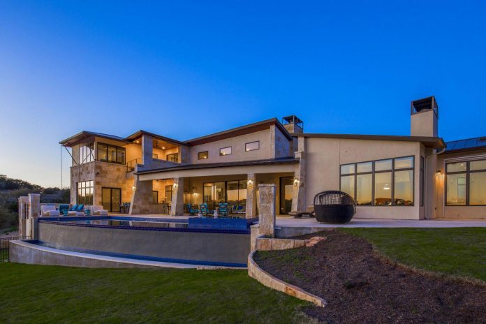 stretched-across-ridge-austins-spanish-oaks-contemporary-hill-country-home-design-overlook-valley-spilling-18