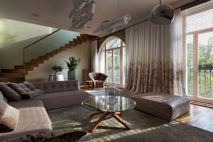 two-level-chic-apartment-located-historic-building-center-kiev-05