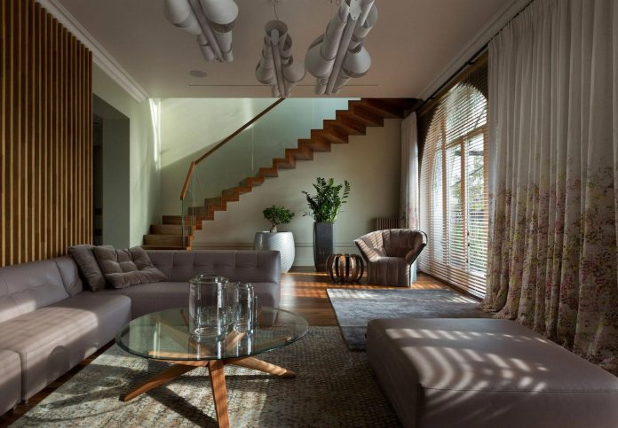 two-level-chic-apartment-located-historic-building-center-kiev-06
