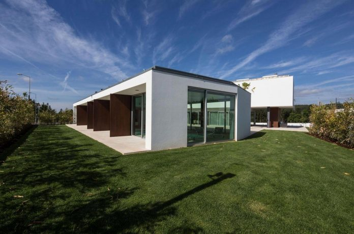 two-transparent-structures-p-l-house-designed-atelier-darquitectura-j-lopes-da-costa-03