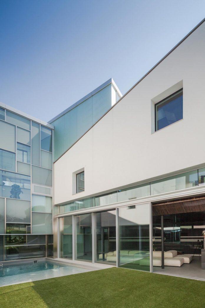 ultramodern-huge-home-exclusive-area-madrid-designed-well-known-international-sportsman-11