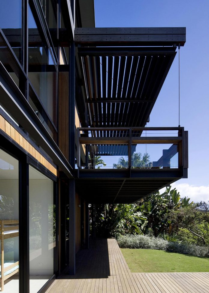 use-steel-glass-recycled-timbers-creates-modern-home-feels-calm-confident-03