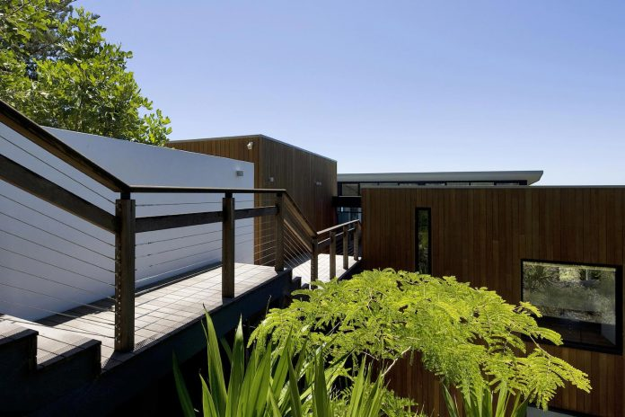 use-steel-glass-recycled-timbers-creates-modern-home-feels-calm-confident-05