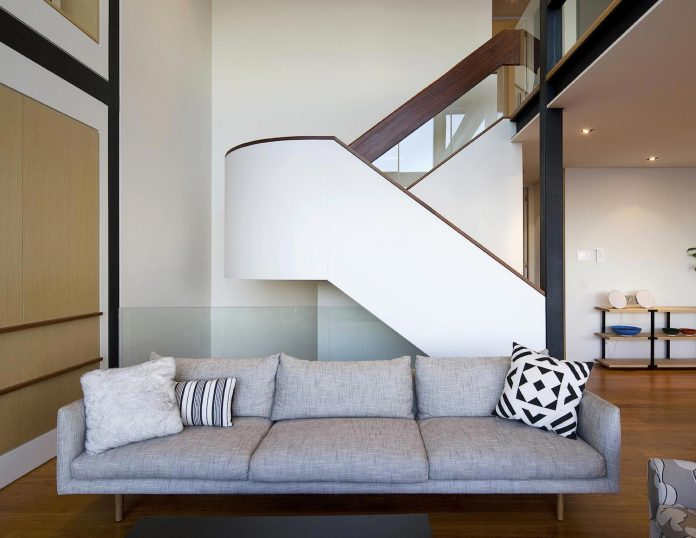 use-steel-glass-recycled-timbers-creates-modern-home-feels-calm-confident-09