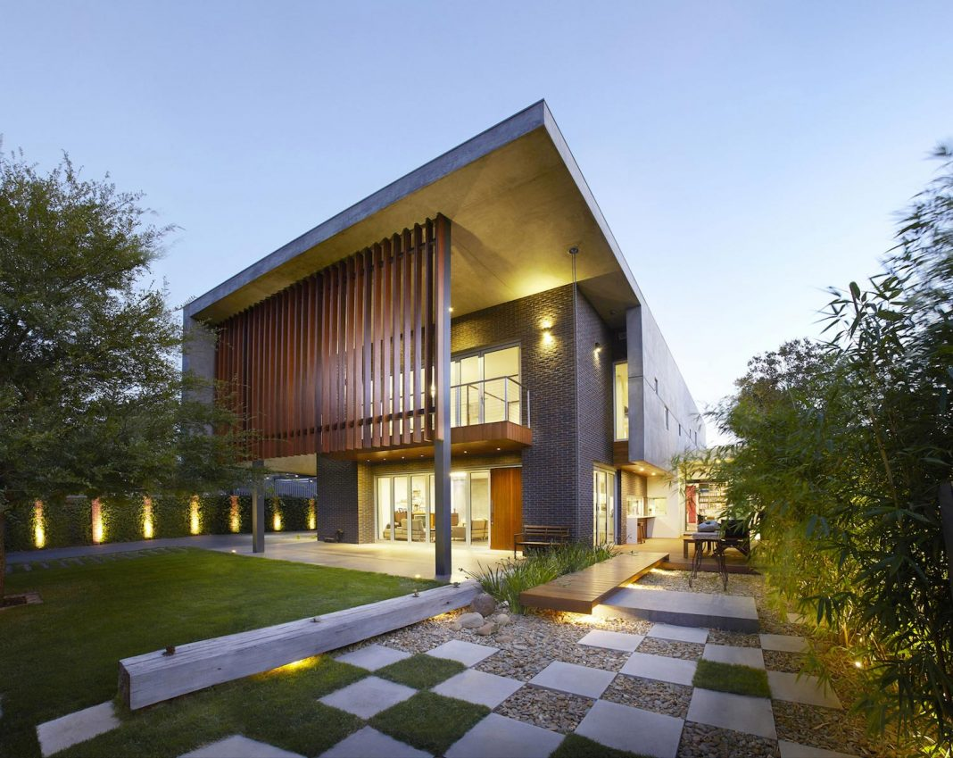 Wolf architects design the wolf house a modern villa with for Modern house design with garden