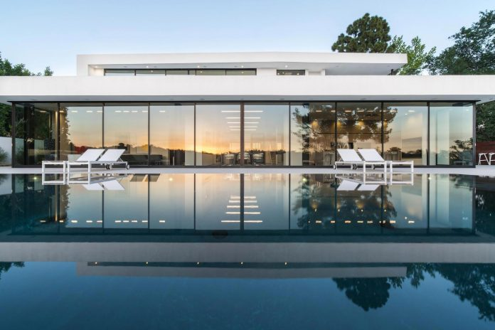 5500sf-ground-beverly-hills-home-located-crest-benedict-canyon-hillsides-03