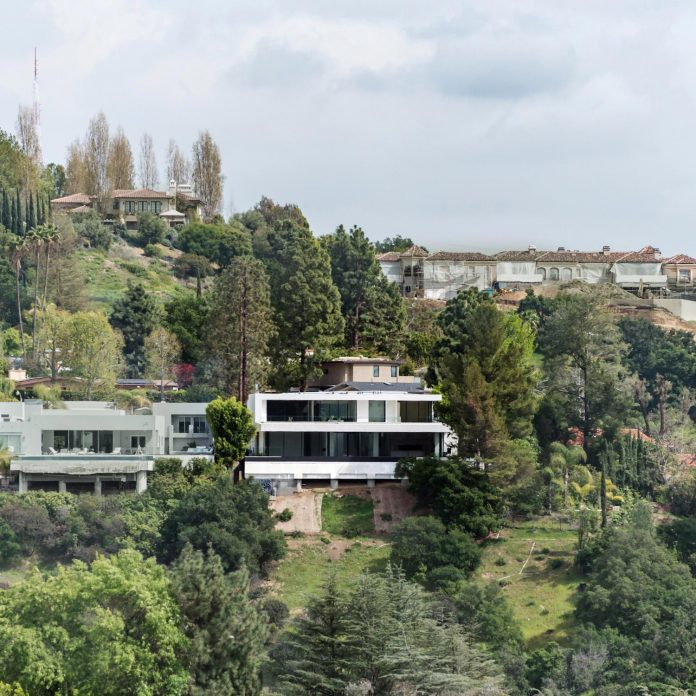 5500sf-ground-beverly-hills-home-located-crest-benedict-canyon-hillsides-04