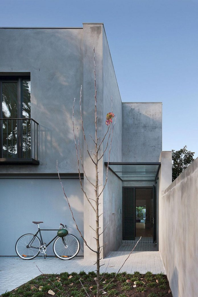 behind-unassuming-facade-courtyard-house-opens-reveal-pared-back-design-response-mixed-luxurious-materials-practical-detailing-02