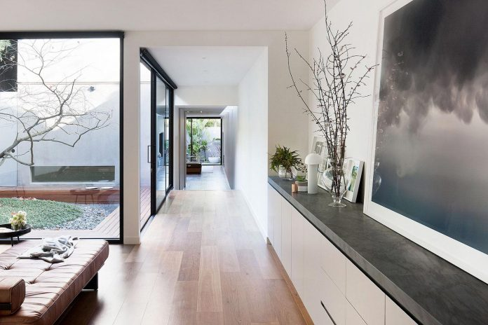 behind-unassuming-facade-courtyard-house-opens-reveal-pared-back-design-response-mixed-luxurious-materials-practical-detailing-03