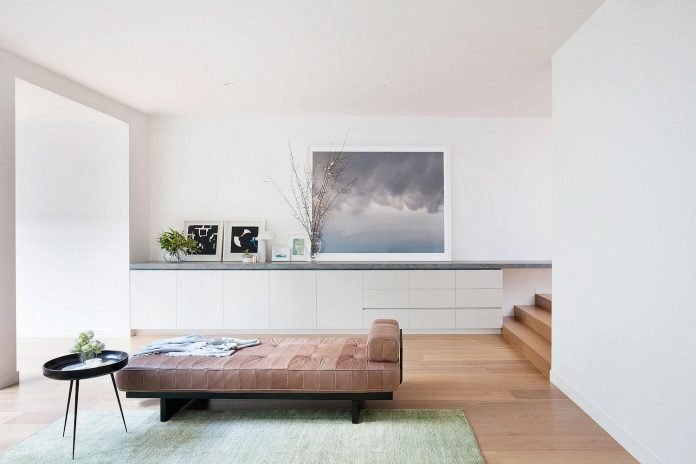 behind-unassuming-facade-courtyard-house-opens-reveal-pared-back-design-response-mixed-luxurious-materials-practical-detailing-05