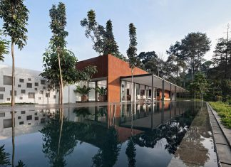 BRG House by Tan Tik Lam Architects: one floor living concept and service quarters on the down floor