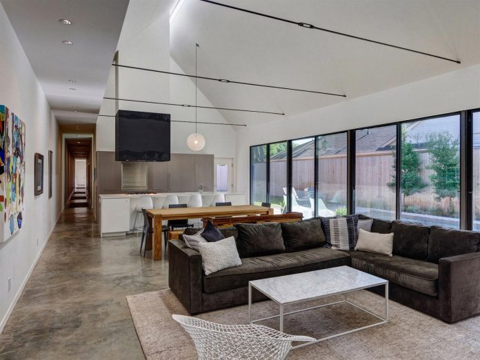 casa-linder-3700-square-foot-single-family-residence-located-well-established-transitional-east-dallas-neighborhood-08
