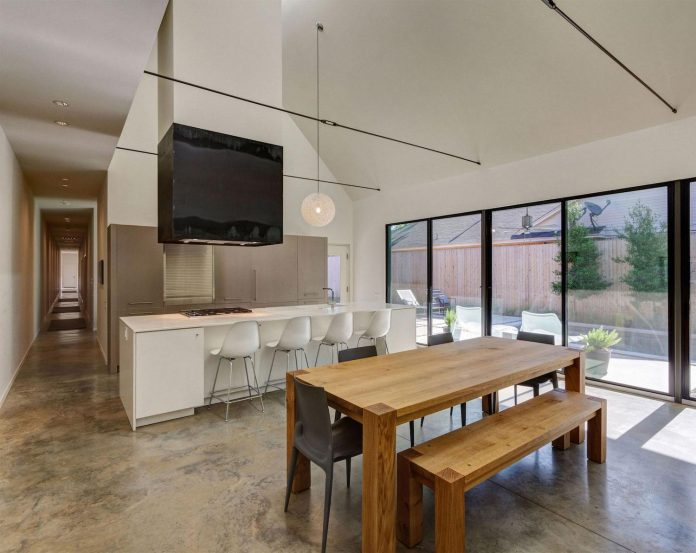 casa-linder-3700-square-foot-single-family-residence-located-well-established-transitional-east-dallas-neighborhood-09
