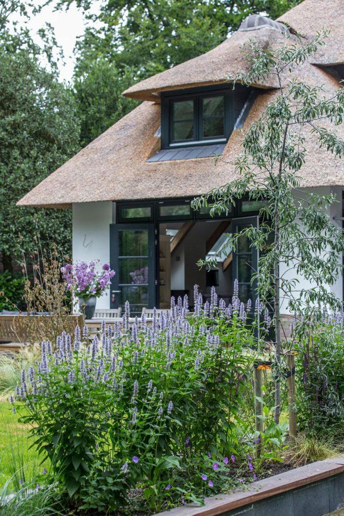 characteristic-villa-forests-around-naarden-netherlands-unique-eco-roof-15