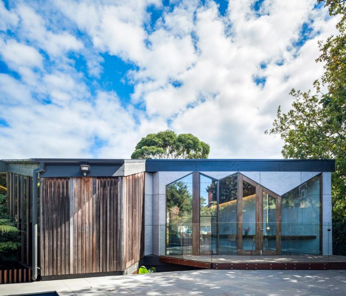 contemporary-chamfer-house-revisits-post-beam-dwelling-designed-1977-kevin-borland-05