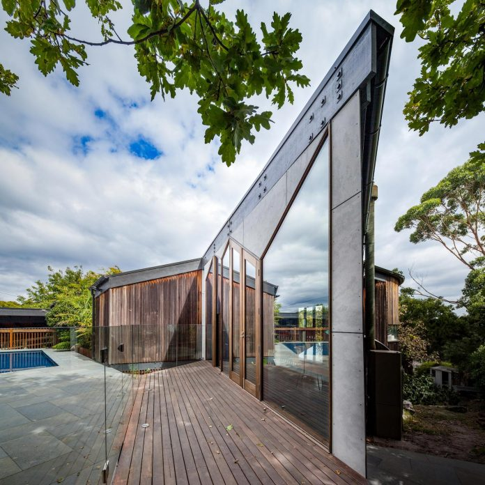 contemporary-chamfer-house-revisits-post-beam-dwelling-designed-1977-kevin-borland-06