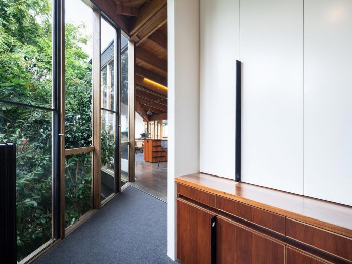 contemporary-chamfer-house-revisits-post-beam-dwelling-designed-1977-kevin-borland-13