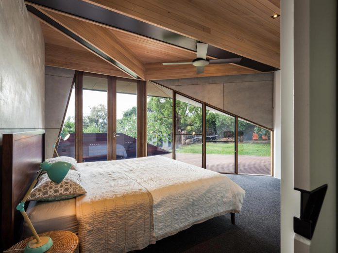 contemporary-chamfer-house-revisits-post-beam-dwelling-designed-1977-kevin-borland-16