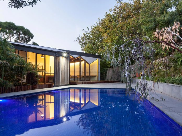 contemporary-chamfer-house-revisits-post-beam-dwelling-designed-1977-kevin-borland-20