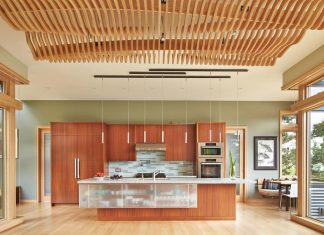 The Deschutes House is located on an urban site facing the Deschutes River in Bend, Oregon