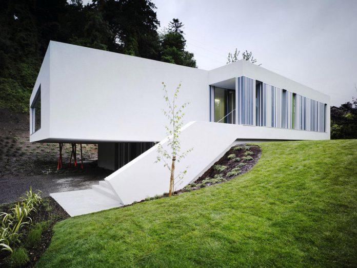 dwelling-maytree-simple-bold-sculptural-form-sits-foot-steep-escarpment-wicklow-hills-01