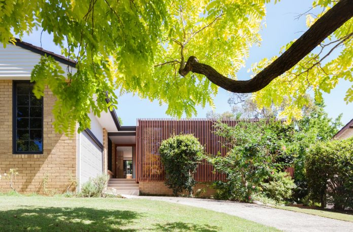 escu-house-sydneys-belrose-presents-open-inviting-contemporary-architecture-intelligent-yet-simple-confident-yet-subtle-01