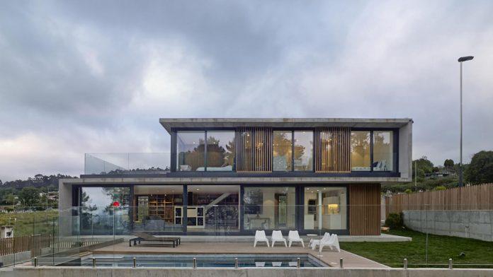 family-house-punta-canide-designed-diaz-y-diaz-arquitectos-bay-stunning-sea-views-01