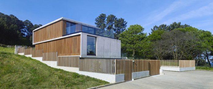 family-house-punta-canide-designed-diaz-y-diaz-arquitectos-bay-stunning-sea-views-02