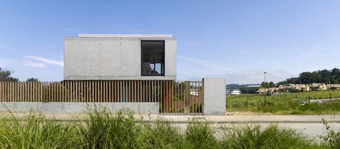 family-house-punta-canide-designed-diaz-y-diaz-arquitectos-bay-stunning-sea-views-03