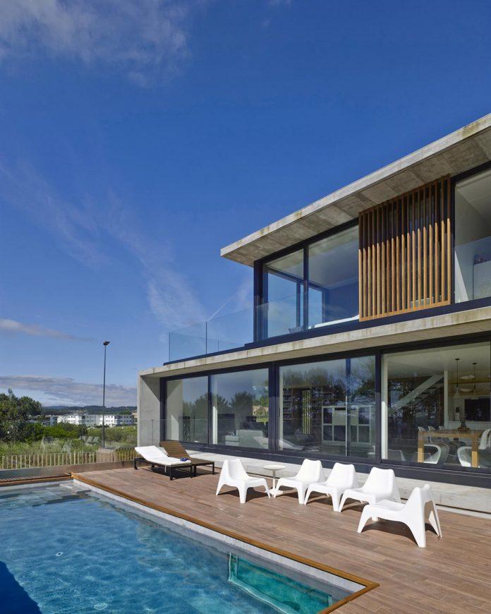 family-house-punta-canide-designed-diaz-y-diaz-arquitectos-bay-stunning-sea-views-07