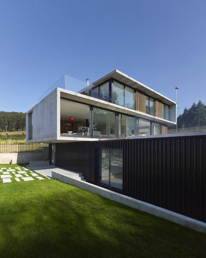 family-house-punta-canide-designed-diaz-y-diaz-arquitectos-bay-stunning-sea-views-08