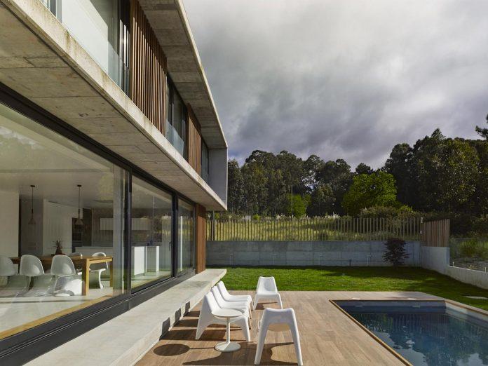 family-house-punta-canide-designed-diaz-y-diaz-arquitectos-bay-stunning-sea-views-11