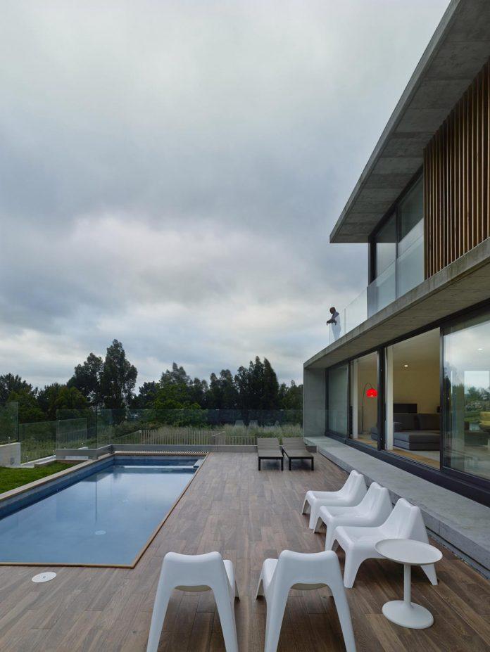family-house-punta-canide-designed-diaz-y-diaz-arquitectos-bay-stunning-sea-views-12