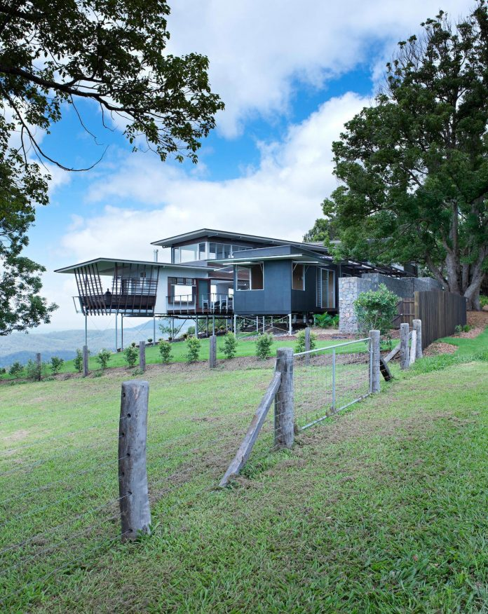 glass-house-mountains-house-perched-edge-remnant-rim-maleny-02
