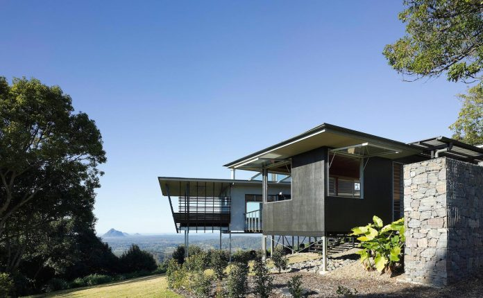 glass-house-mountains-house-perched-edge-remnant-rim-maleny-05