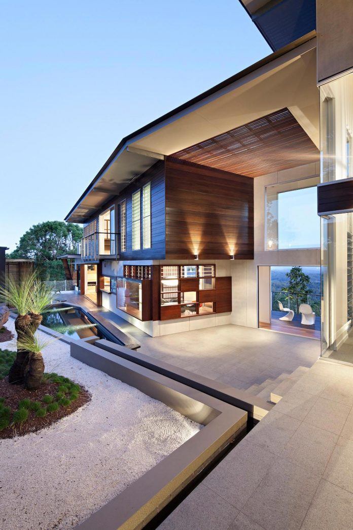 glass-house-mountains-house-perched-edge-remnant-rim-maleny-19