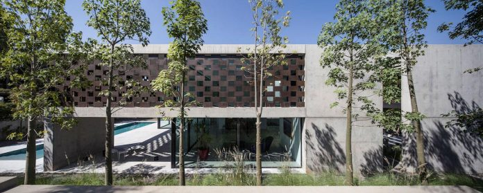 home-characterized-sculptural-quality-space-mass-movement-play-sunlight-01