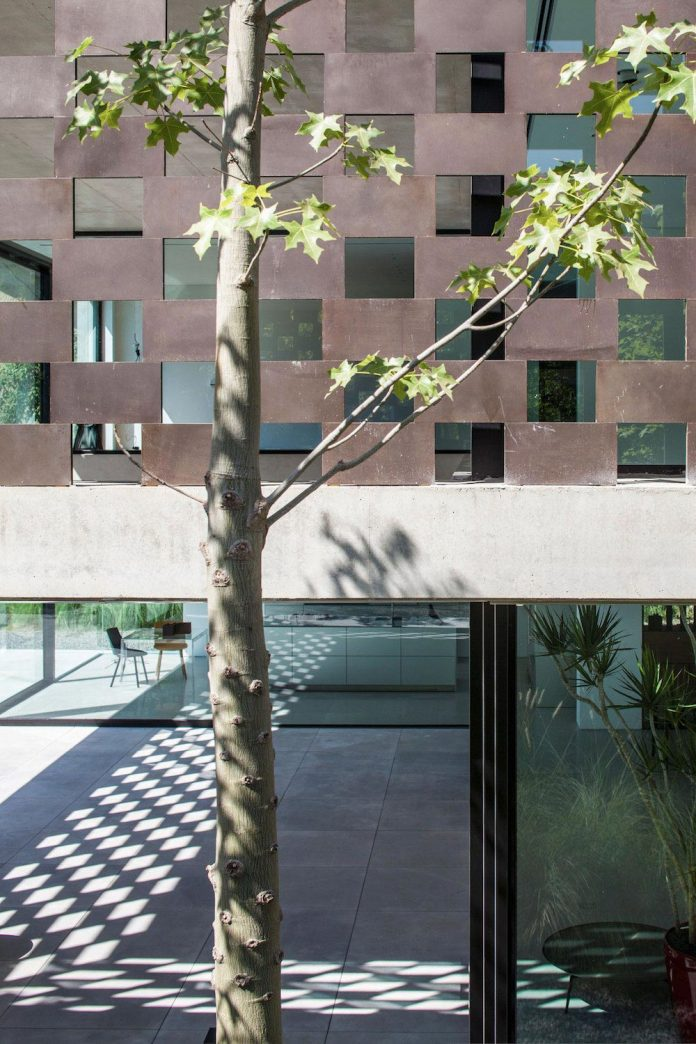 home-characterized-sculptural-quality-space-mass-movement-play-sunlight-10